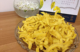 Cách làm mứt dừa màu vàng bột dành dành lạ mắt trong dịp Xuân về